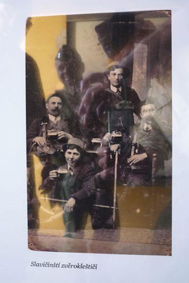 Slavičínští zvěrokleštiči byli asi veselá parta. V části muzea naleznete jejich bizarní nástroje a mezi jinými také tuto společnou fotografii. Smějící se figura v pozadí není kleštič, ale BJ (čti Bí Džej).