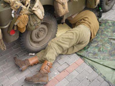Nejvážnější je porucha převodovky jednoho z jeepů někde u Klatov. Na místě ji nelze opravit a tak musí být vehikl potupně odtažen.