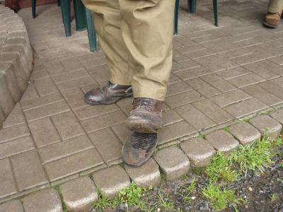 ... při odjezdu z Lomu u Tachova (!) Monty vyrývá kopytem hlubokou brázdu v půdě místního náměstí, přičemž povoluje jen bota (noha naštěstí drží).