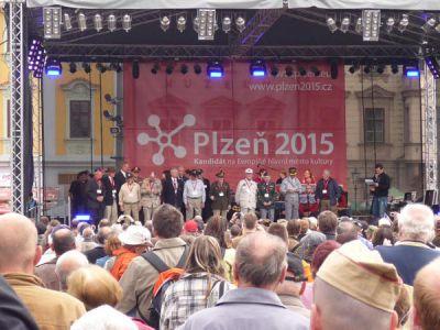 K nejsilnějším momentům patří setkání s veterány na plzeňském náměstí.