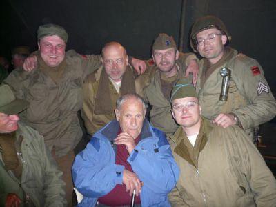 S veteránem Johnem del Santem debatujeme v táboře plzeňského MCC až do noci. Sloužil nejdříve u 82. výsadkové, později u 79. pěší divize.