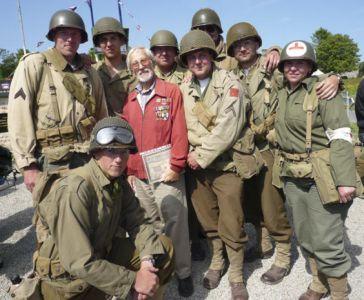 Na vzpomínkové oslavě v Gourbesville potkáváme veterány 90. pěší divize, kteří jsou tu letos už jen tři. Pro Charlese (na snímku) skončila válka v Klatovech.
