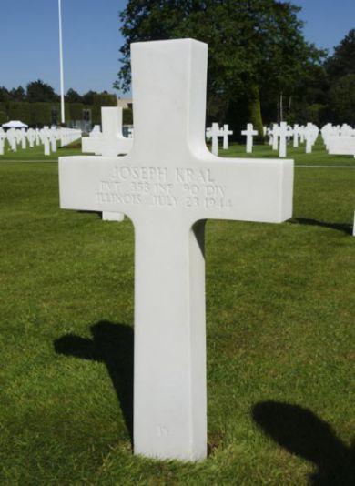 Objevujeme hrob pěšáka 90th ID Josepha Krale z Illinois.