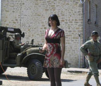 Tato dáma působí mezi zaprášenými GIs různých jednotek dorazivších do Gourbesville značný rozruch.