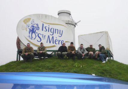 Těsně po příjezdu do Isigny-sur-Mer. Bizarní plastika v pozadí je reklamou místní mlékárny, ve které (s pomocí Walkera a Google Earth) nacházíme rampu a vykládáme tam své vehikly.