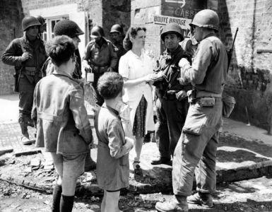 V červnu 1944 voda ještě tekla, jak dosvědčuje série dochovaných snímků civilistů a pěšáků 90. Inf. Div. Provoz na náměstí byl také nesrovnatelně klidnější a jiného druhu než dnes.