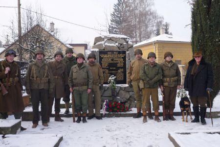 """Honour Guard promísená s neformálně pózujícím mužstvem Comp. """"C"""" po ukončení oficiálního nástupu a položení květin u památníku v Libině. Muž vpravo je náš sudetský průvodce se svým hundem. Zavedou nás na místa dopadu letounů a podělí se s námi o své vzpomínky..."""