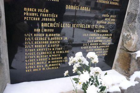 Památní deska byla slavnostně obnovena v září 2009. Seznam letců je doplněn ve spolupráci s pány Jiřím Rajlichem, Janem Mahrem a letcem 484. BG Orvillem Hammertem.