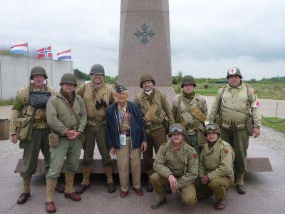 Společná fotografie na pláži Utah s veteránem 4. pěší divize.