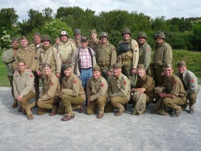 Tom Ingram a celá naše francouzsko-česká partička nedaleko Point du Hoc. Věřím, že se příští rok sejdeme v Plzni!
