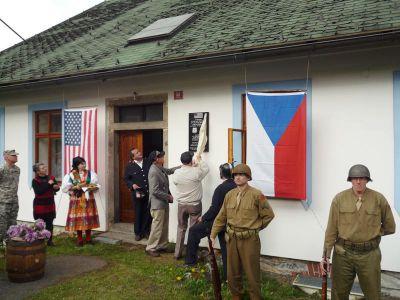 Odhalení pamětní desky v Čachrově se zúčastnili veteráni Tom Ingram a Vernon Schmidt.
