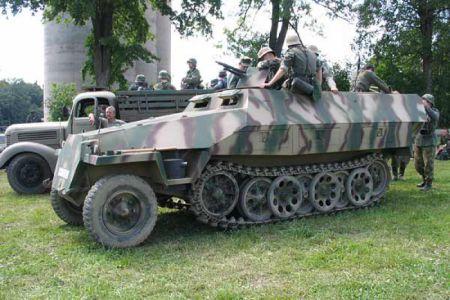 Tohle je opravdu kousek! Jediný (pokud vím) originální SdKfz 251 u nás. Vše ostatní jsou předělané české poválečné OT- 810 s dieslovým motorem. Tohoto nádherně zrestaurovaného krasavce pohání benzinový šestiválec Maybach, který při jízdě není skoro ani slyšet.