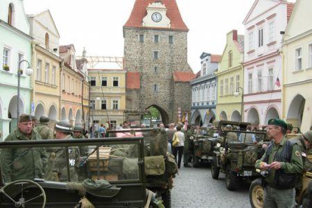 Na náměstí v Domažlicích se potkáváme s konvojem MCC Plzeň a jdeme na oběd.