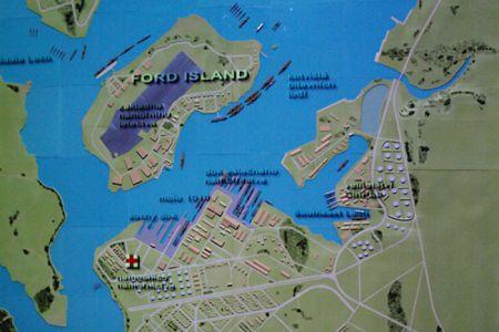 ... plastická mapa přístavu, na kterou se promítá průběh celého útoku včetně jednotlivých útočných vln japonských letounů a zasažených kouřících lodí. Velmi působivé!
